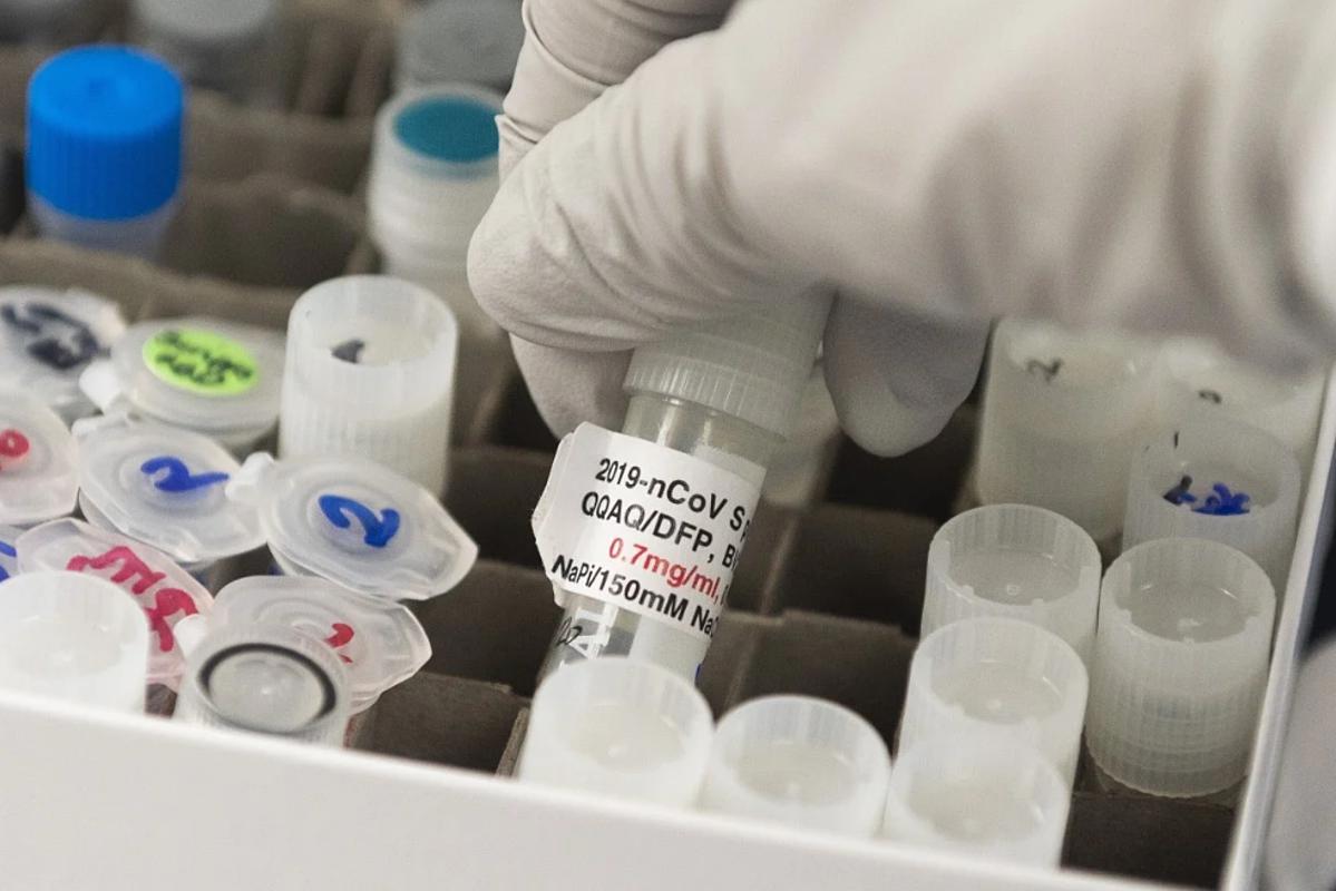 Các nhà khoa học cho biết cần nhiều hơn một loại vaccine để khống chế Covid-19. Ảnh: AFP
