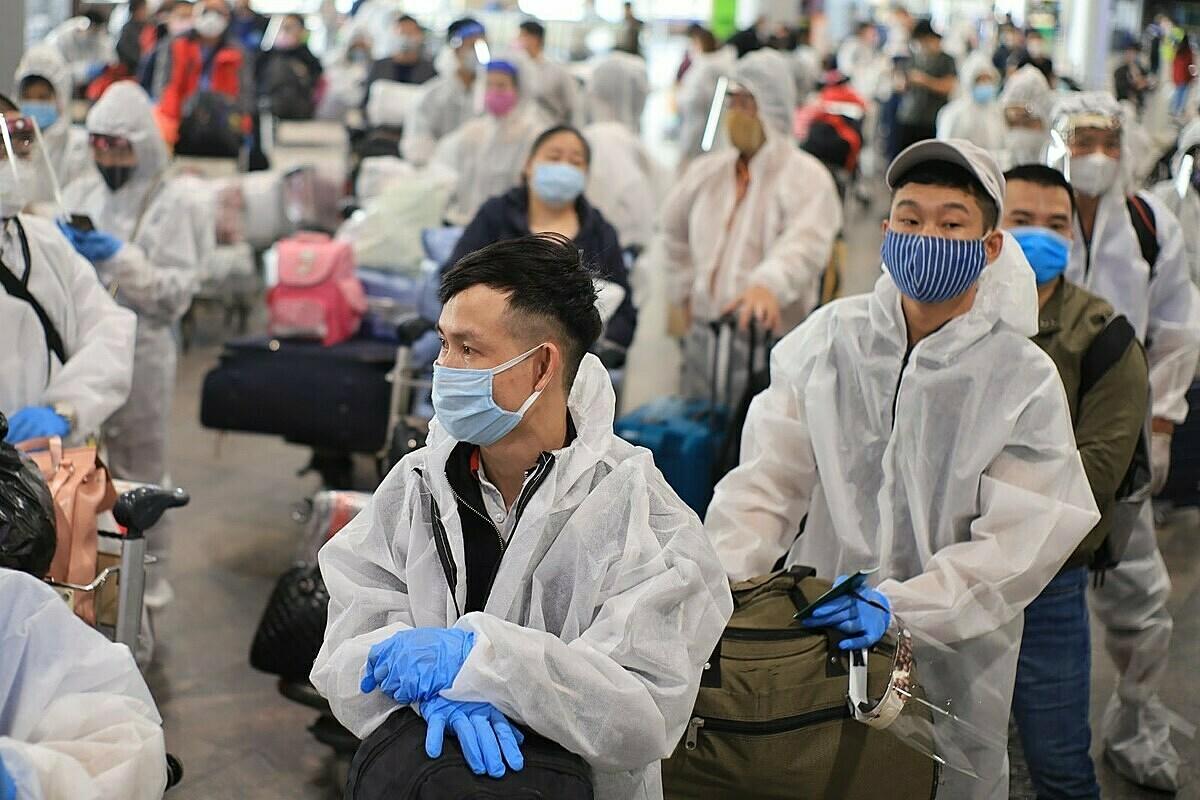 Hành khách tại Moskva trước khi lên máy bay về nước ngày 12/5. Ảnh: BNG cung cấp.