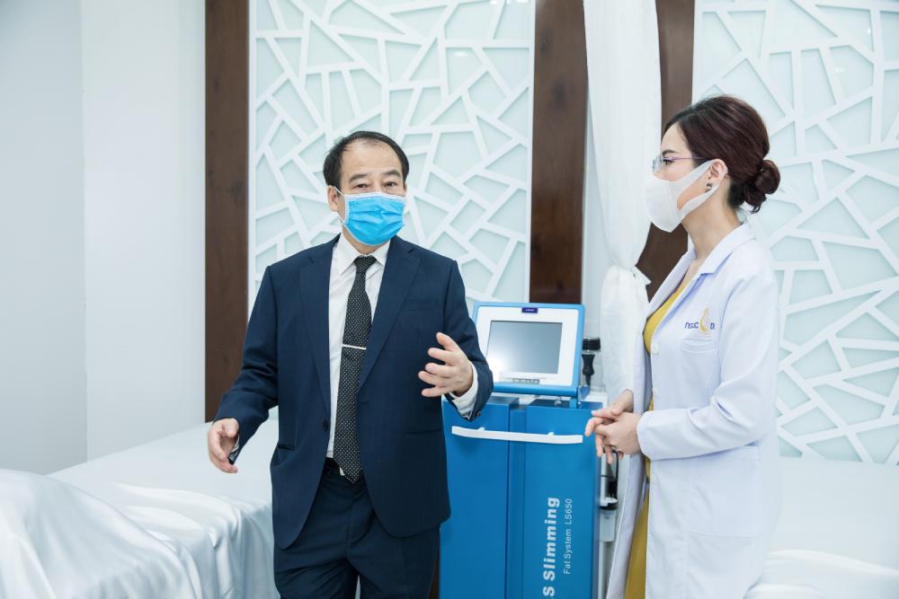 Ông Trần Đắc Phu - Nguyên cục trưởng Cục Y tế dự phòng cùng bà Lê Thái Ngọc - Tổng Giám đốc Hệ thống thẩm mỹ viện Ngọc Dung thảo luận về quy trình dịch tế phòng Covid-19.