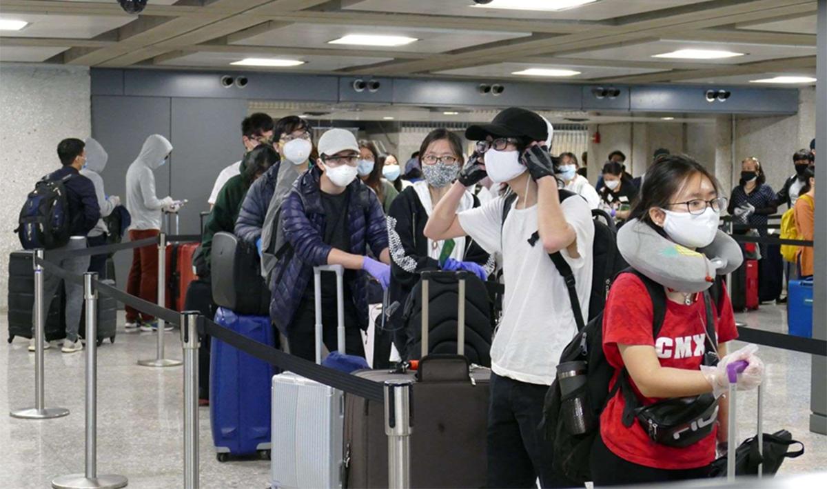 Hành khách trên chuyến bay từ Mỹ nhập cảnh sân bay Nội Bài ngày 16/5. Ảnh:Bộ Ngoại giao.