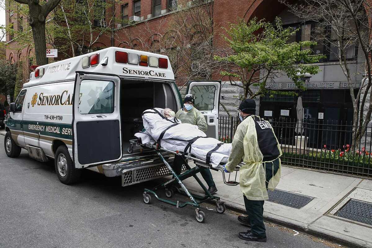 Một cụ ông nhiễm nCoV được đưa tới Bệnh viênCobble Hill, thành phố New York,ngày 17/4. Ảnh: AP
