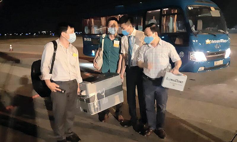 Nhóm nhân viên y tế vận chuyển tạng vào TP HCM đêm 18/5. Ảnh: Phượng Hoàng.