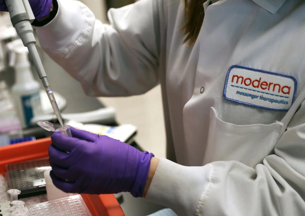 Chuyên viên của công ty công nghệ sinh học Moderna đang thử nghiệm vaccine ngừa Covid-19 hồi tháng 2. Ảnh: NY Times