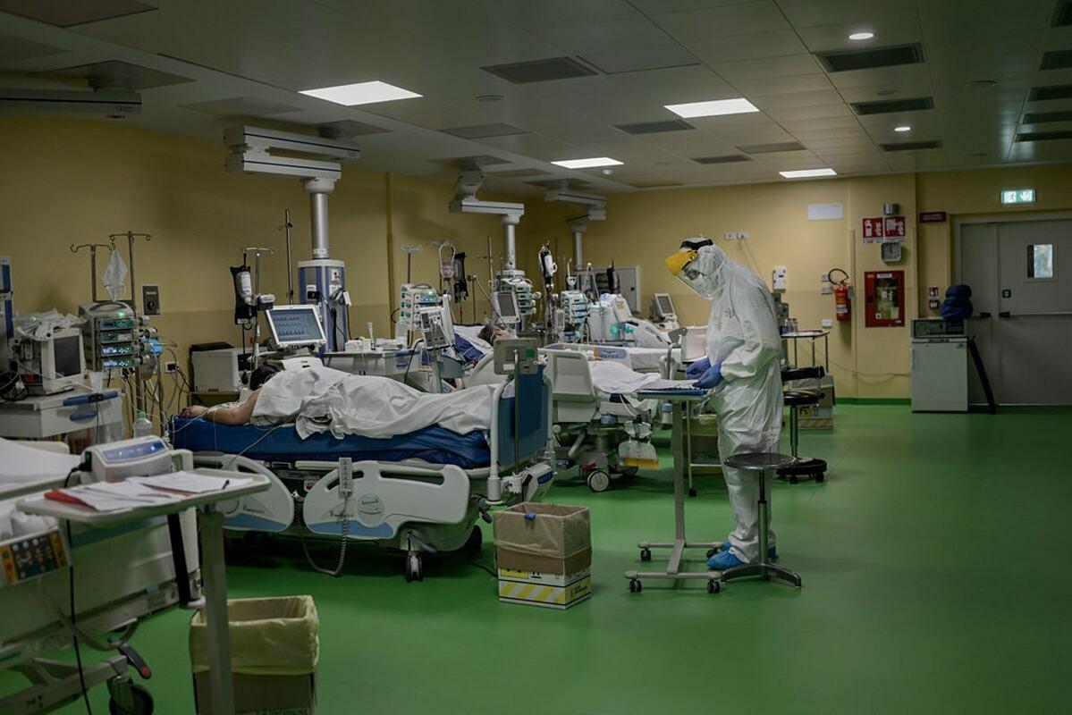 Bệnh nhân được điều trị tại khu hồi sức tích cực ở một bệnh viện thành phốBergamo, Italy, tháng 3. Ảnh: NY Times