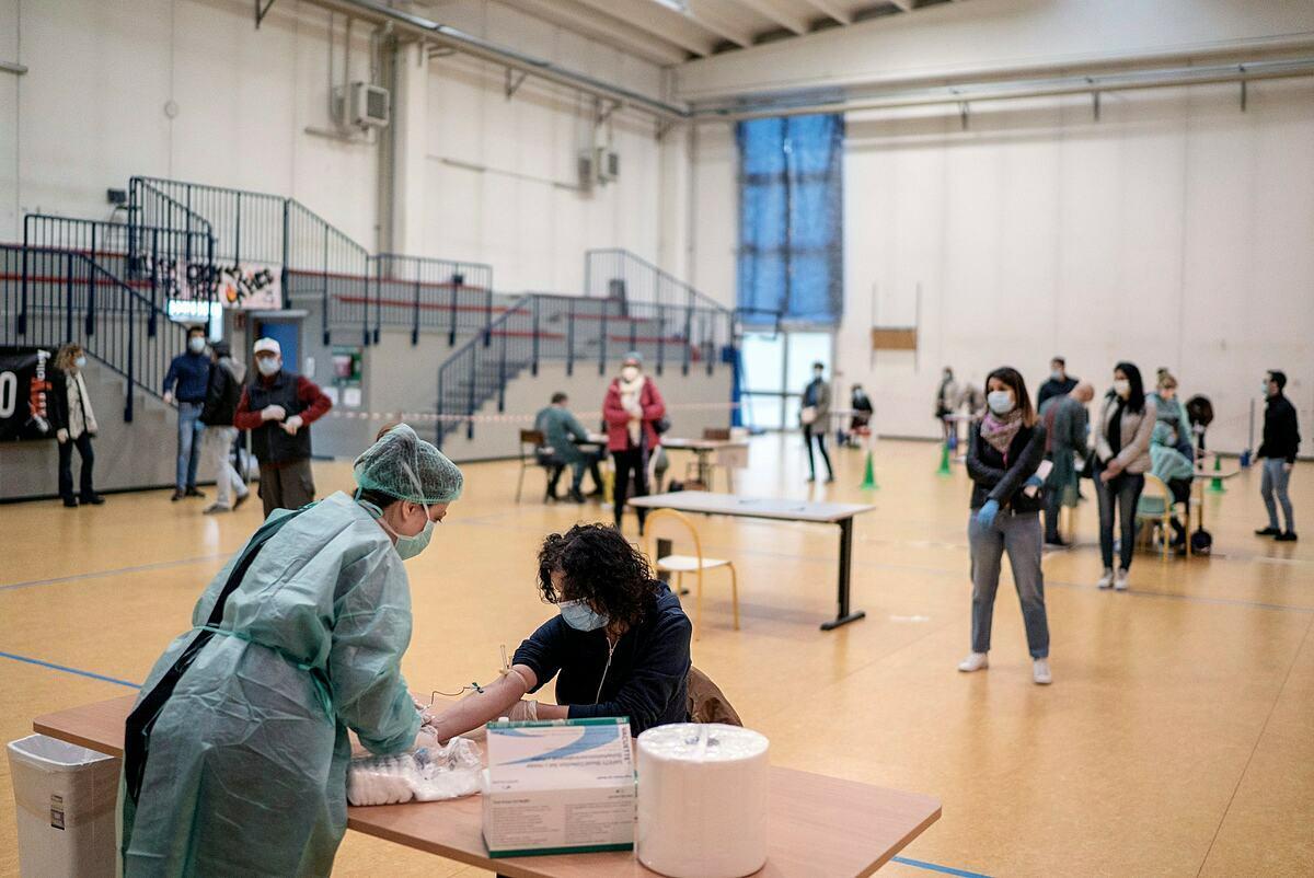 Người dân Milan, Italy được xét nghiệm sàng lọc Covid-19 hồi tháng 4. Ảnh: NY Times