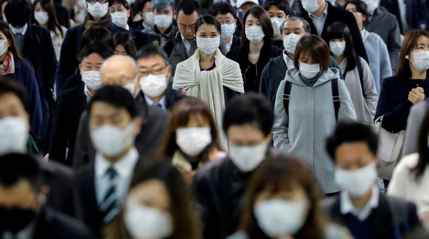 Người dân đeo khẩu trang trong giờ cao điểm tại ga Shinagawa, Nhật Bản để phòng Covid-19. Ảnh: Reuters.