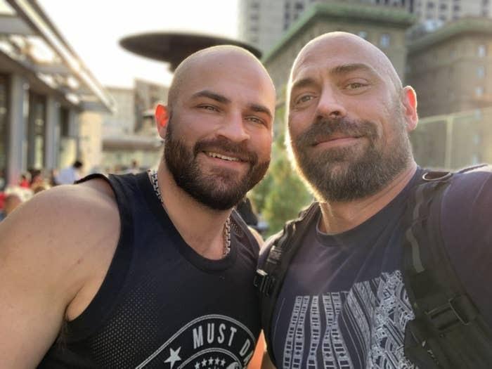 Mike Schultz (bên phải) và bạn trai trước khi nhiễm bệnh. Ảnh: Buzzfeed News