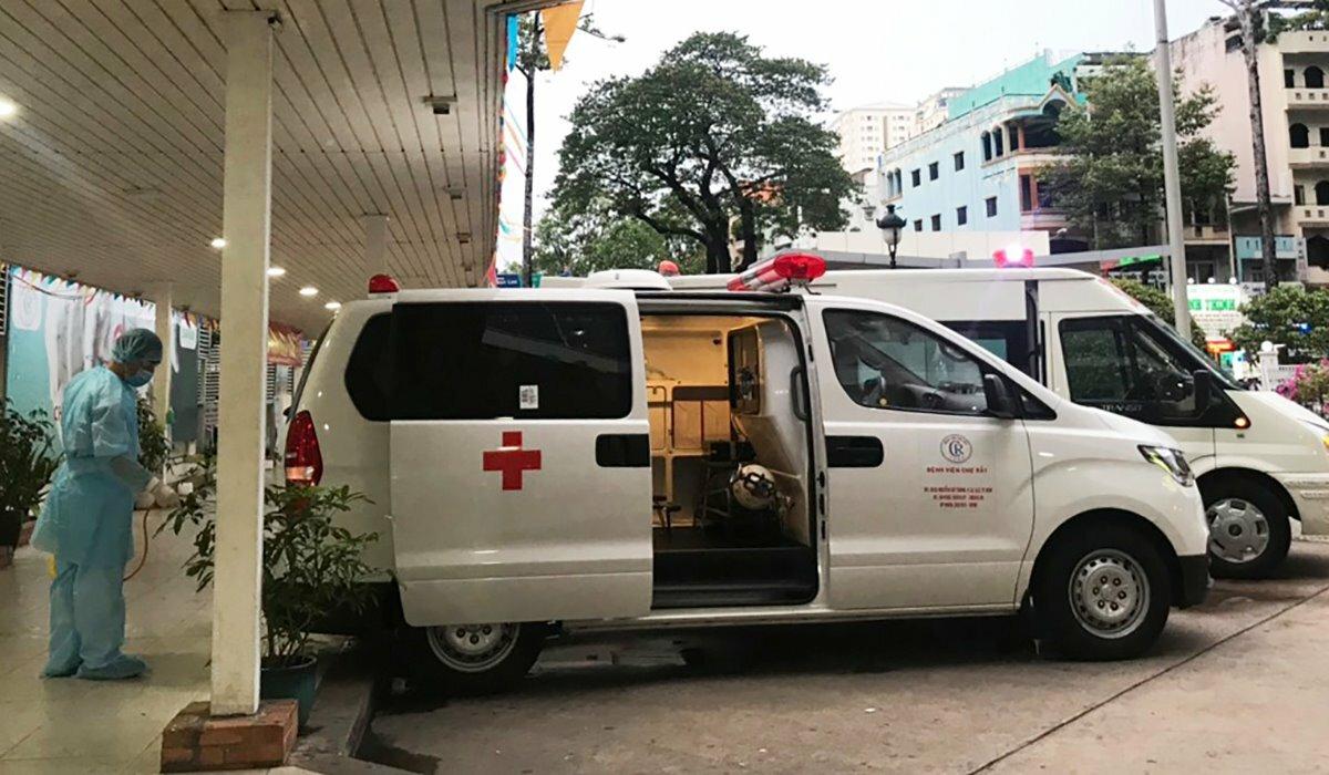 Nhân viên y tế phun khử khuẩn hành lang sau khi băng ca chở bệnh nhân 91 đi qua tại bệnh viện Chợ Rẫy. Ảnh: BV cung cấp.
