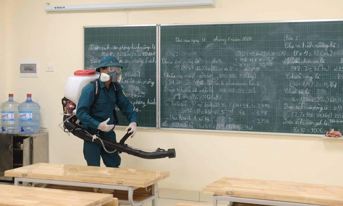 Nhân viên phun thuốc khử trùng tại Hà Nội. Ảnh: Ngọc Thành.