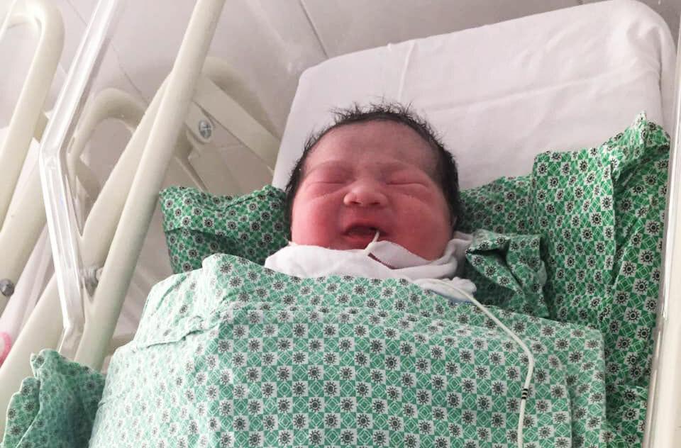 Em bé kháu khỉnh ra đời lúc 8h50, đang được chăm sóc tại Bệnh viện Phụ sản Hà Nội. Ảnh: Ngô Văn.