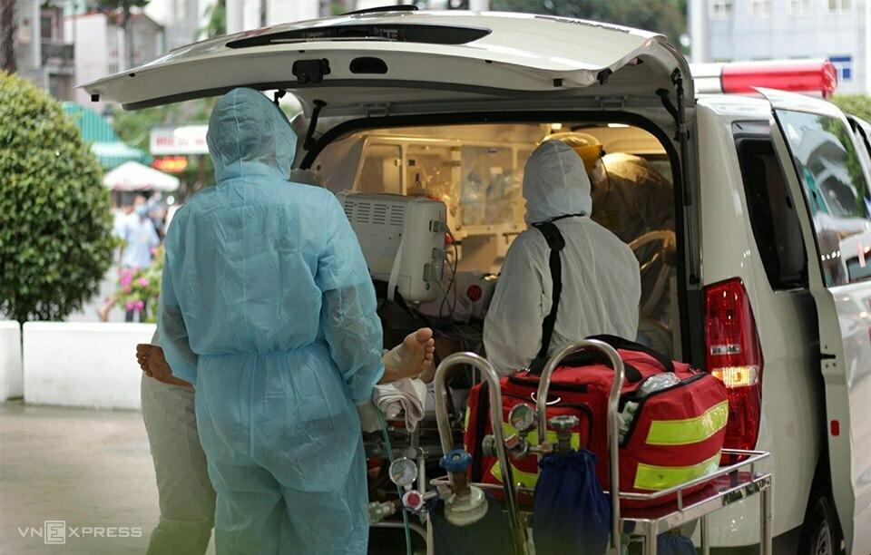 Bệnh nhân phi công được chuyển ra xe cứu thương cùng hệ thống máy ECMO, đưa từ Bệnh viện Bệnh Nhiệt đới sang Chợ Rẫy. Ảnh: X.A.