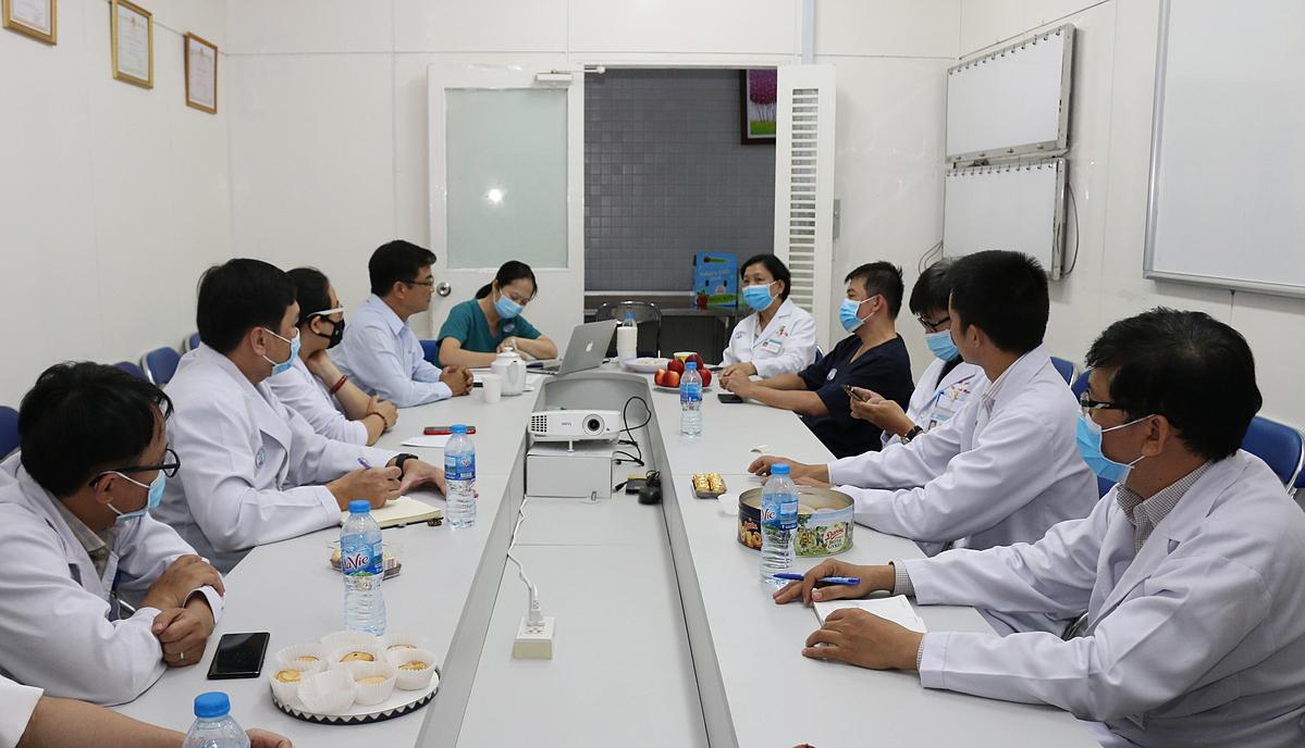 Các bác sĩ Bệnh viện Chợ Rẫy hội chẩn phương án điều trị bệnh nhân trong đêm 22/5 khi tiếp nhận từ Bệnh viện Bệnh Nhiệt đới TP HCM. Ảnh: Nguyên Hạnh.