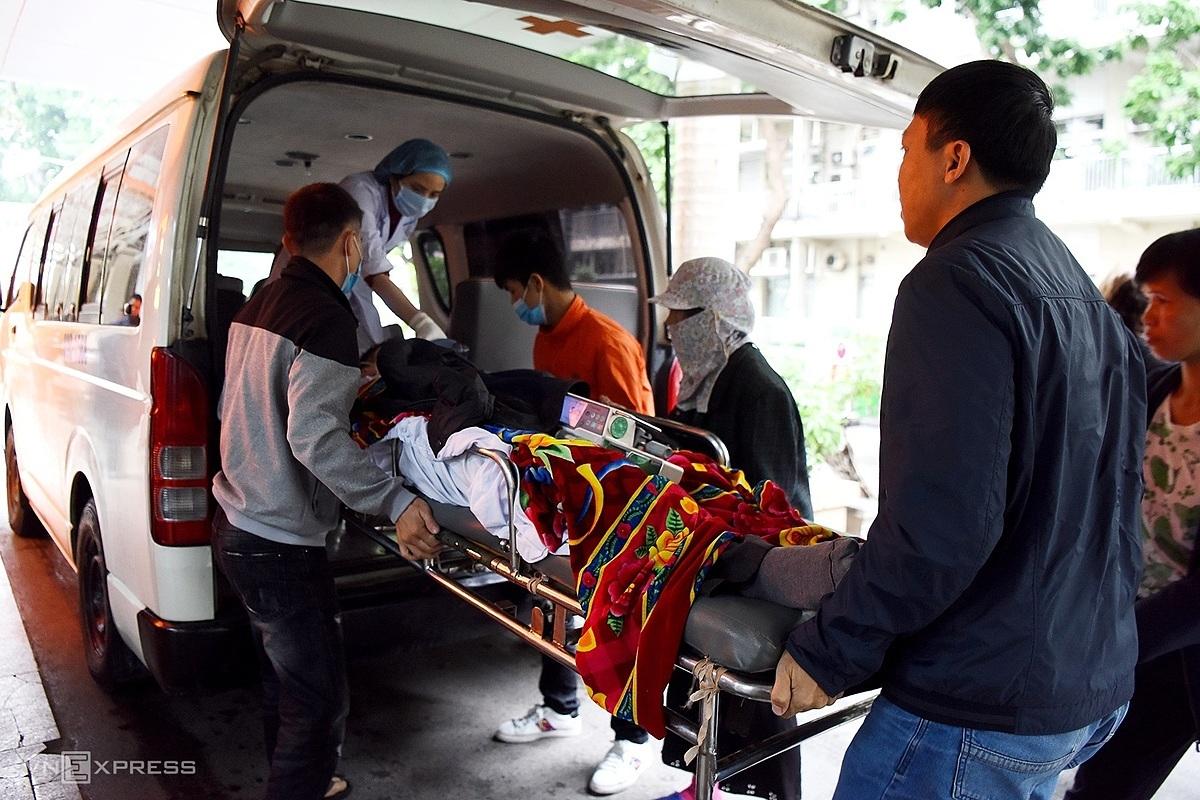 Vận chuyển bệnh nhân cấp cứu tới Bệnh viện Bạch Mai. Ảnh: Giang Huy.
