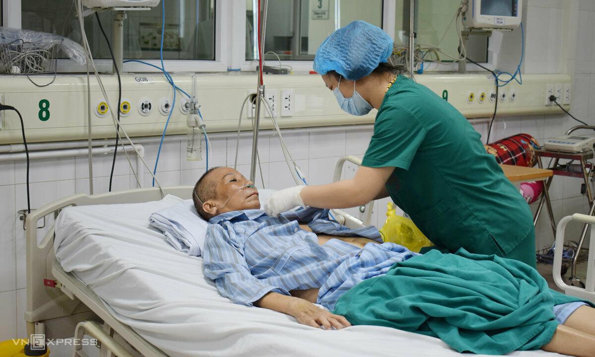 [Bệnh nhân 20 được điều dưỡng chăm sóc chiều 11/5. Ảnh:Chi Lê.