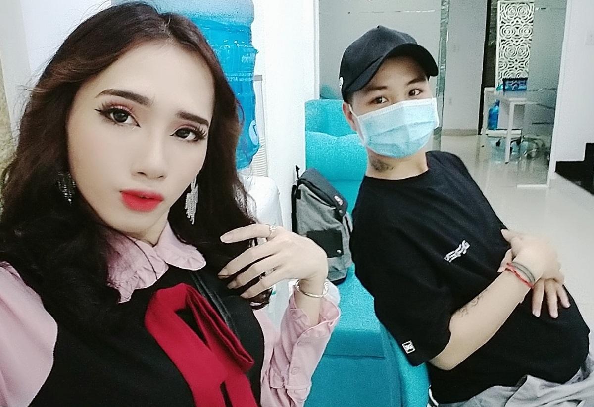 Khang (bên phải) mang bầu, cùng vợ đi khám thai. Ảnh nhân vật cung cấp.