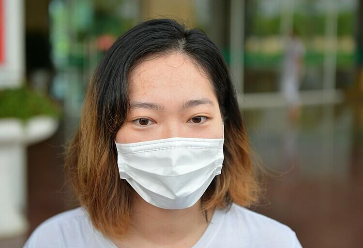 Bệnh nhân 52 trong lễ công bố khỏi bệnh tại Bệnh viện Bệnh Nhiệt đới Trung ương sáng 27/5. Ảnh: Phương Thảo