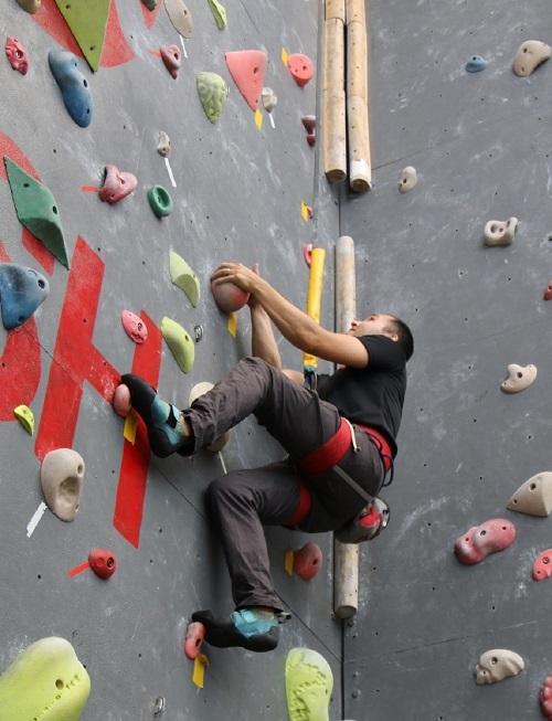 Leo núi nhân tạo thường xuyên giúp cải thiện sức khỏe tâm thần và thể chất.