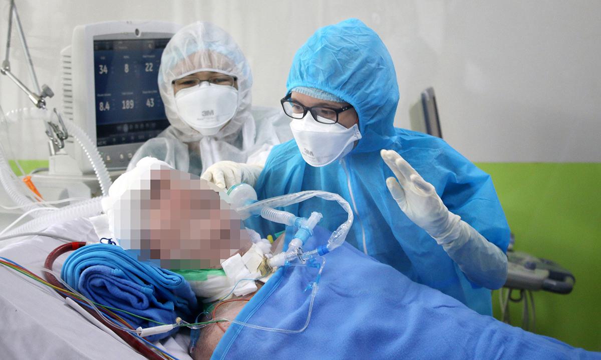 Điều dưỡng đang hướng dẫn bệnh nhân phi công thực hiện động tác, ngày 29/5. Ảnh do bệnh viện cung cấp.