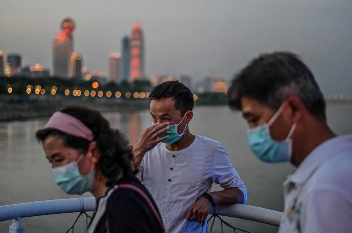Người dân Vũ Hán đeo khẩu trang khi đi dạo tại bờ sôngYangtze, ngày 23/5. Ảnh: AFP