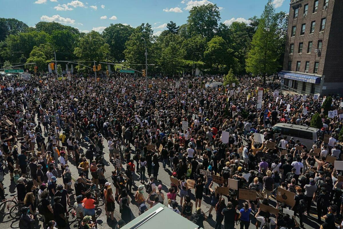 Đám đông biểu tình đòi quyền lợi cho người da màu tại thành phố New York vào cuối tháng 5. Ảnh: NY Times
