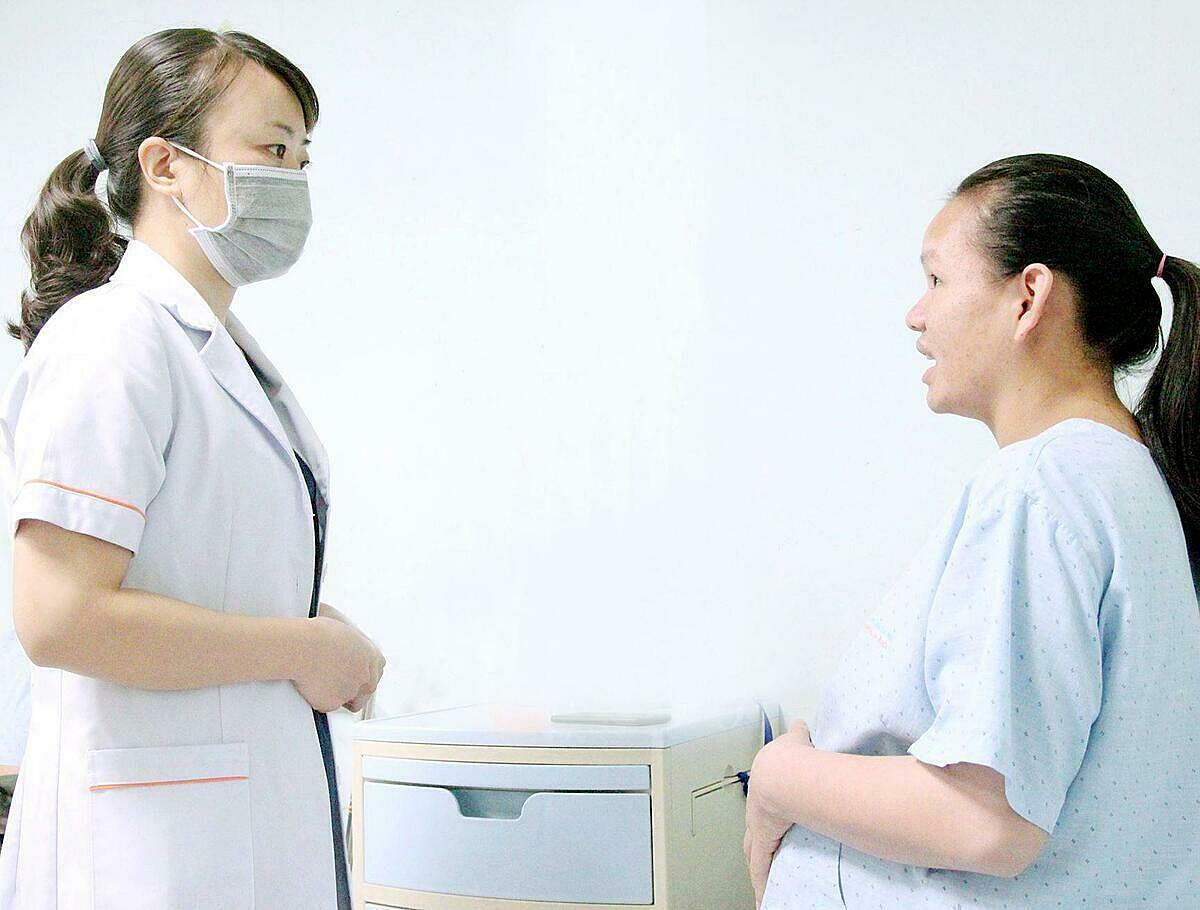 Sản phụ Nguyễn Thị Liên (phải) được hỗ trợ thụ tinh ống nghiệm miễn phí năm ngoái, đang mang thai hơn 36 tuần, chờ sinh. Ảnh: Minh Thư.
