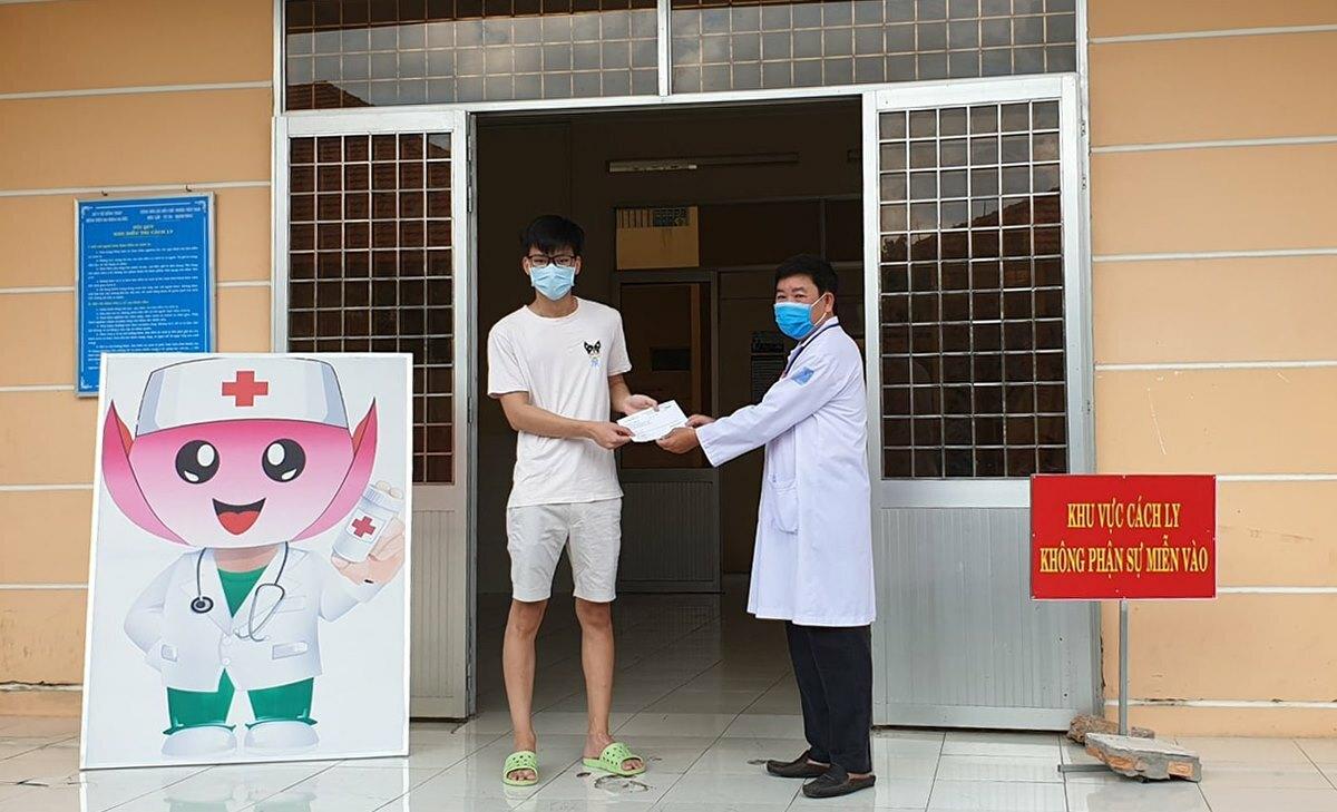 Bệnh nhân tại Bệnh viện Đa khoa Sa Đéc, tỉnh Đồng Tháp, được trao giấy chứng nhận khỏi Covid-19. Ảnh do bệnh viện cung cấp.