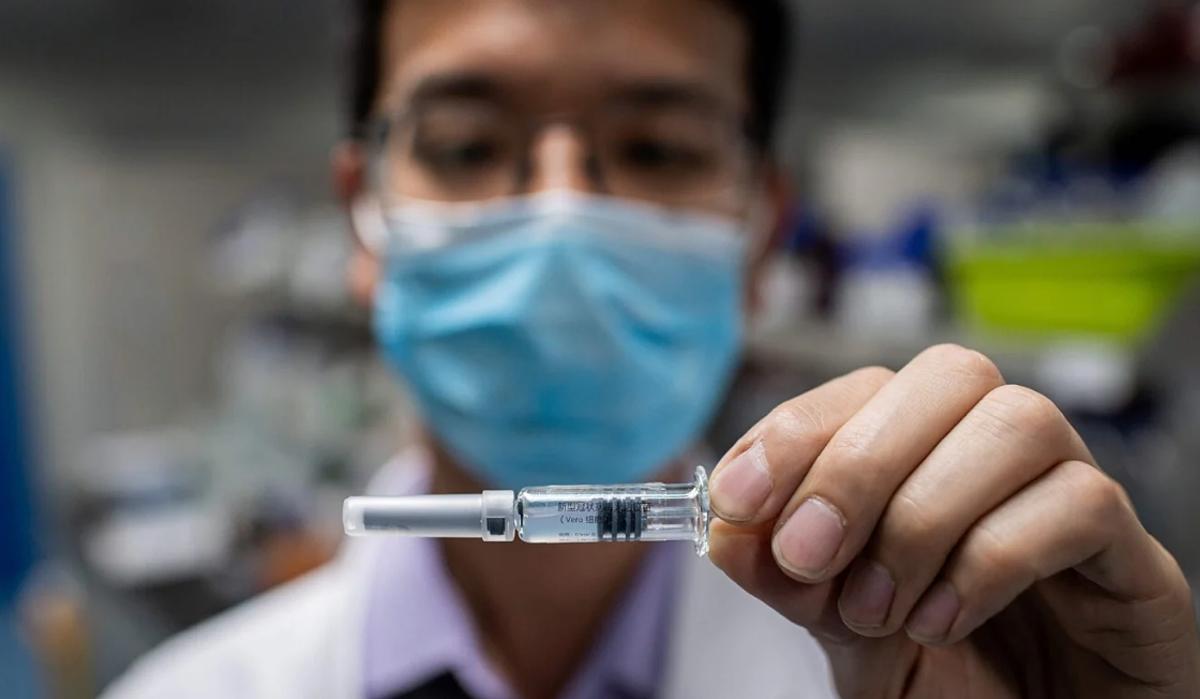 Vaccine ngừa Covid-19 được thử nghiệm tại phòng thí nghiệm kiểm soát chất lượng công tycông nghệ sinh học Sinovac, Bắc Kinh. Ảnh: AFP