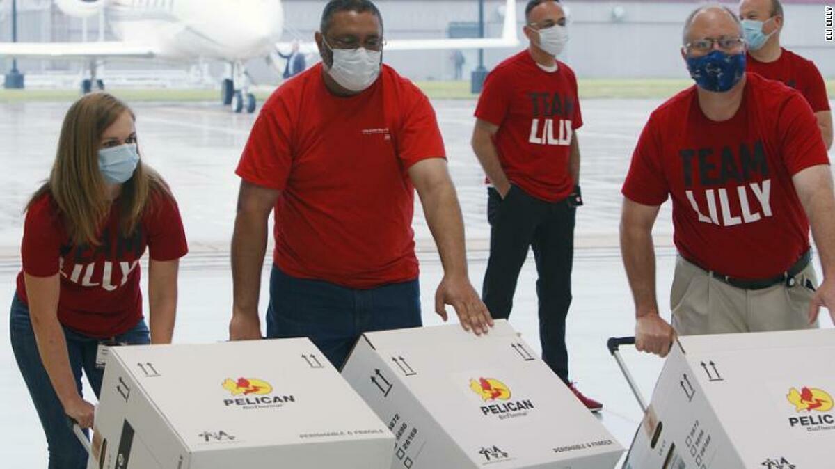 Các nhà khoa học tạiEli Lilly đóng gói và vận chuyển thuốc kháng thể đến ba thành phố ở Mỹ, ngày 29/5. Ảnh:Eli Lilly and Company