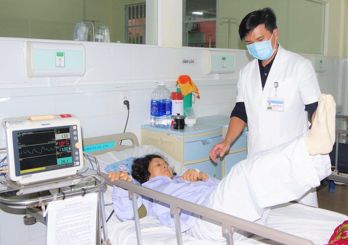 Bệnh nhân tập vận động nhẹ tại giường dưới sự hướng dẫn của bác sĩ. Ảnh: Do bệnh viện cung cấp