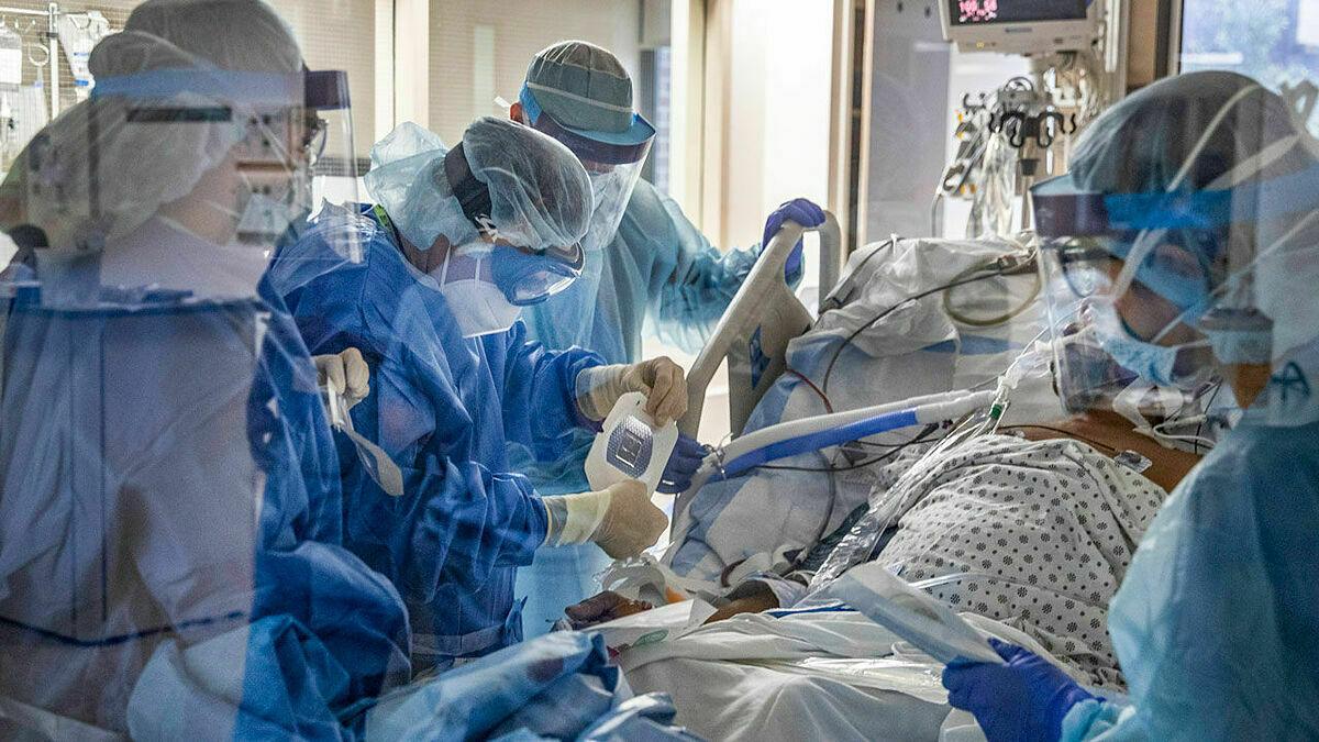 Bệnh nhân Covid-19 được điều trị trong khu hồi sức tích cực của Bệnh viện Trung tâm Brooklyn, New York. Ảnh: NY Times