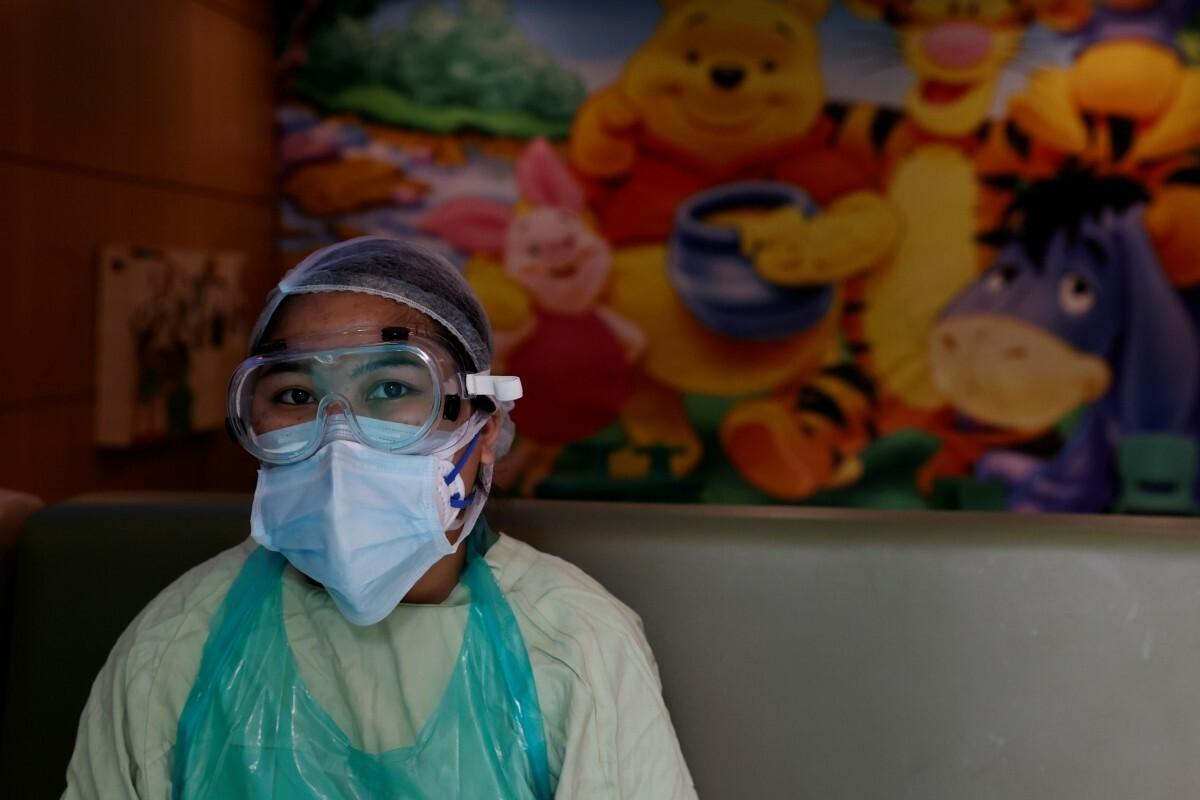 Một nhân viên y tế tại Bệnh việnMax Smart Super Speciality phải mặc túi rác vì tình trạng thiếu đồ bảo hộ, ngày 28/5. Ảnh: Reuters