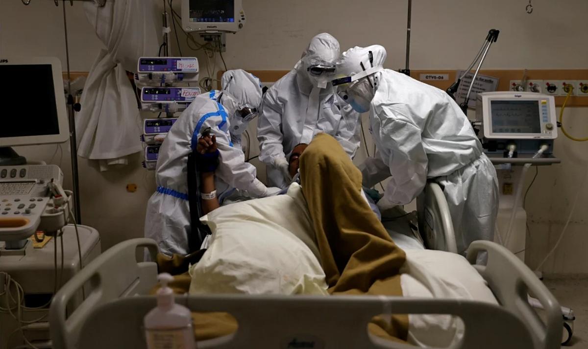 Y bác sĩ tại Bệnh việnMax Smart Super Speciality tiến hành đặt nội khí quản cho bệnh nhân Covid-19. Ảnh: Reuters