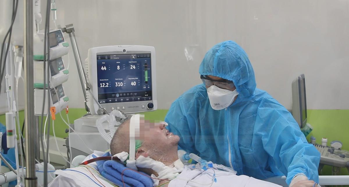 Bệnh nhân phi công lần đầu mỉm cười khi giao tiếp với bác sĩ, sau hai tháng nguy kịch, ngày 2/6. Ảnh do bệnh viện cung cấp.
