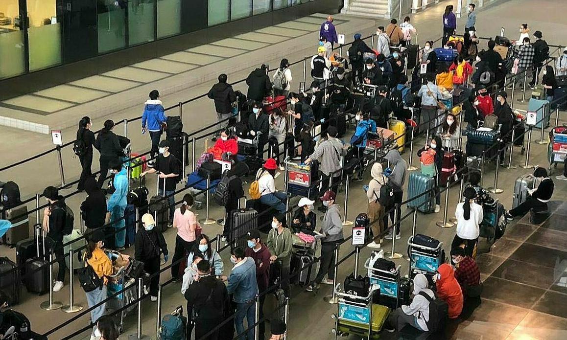Hơn 300 người Việt từ Anh nhập cảnh sân bay Tân Sơn Nhất, ngày 4/5. Ảnh: Bộ Ngoại giao.