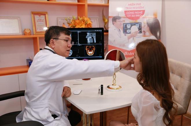 Bác sĩ Nguyễn Hoàng Namứng dụng công nghệ CT 3D Pro trong nâng mũi thẩm mỹ cho khách hàng.