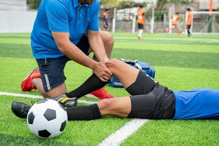 Cầu thủ bóng đá bị chấn thương. Ảnh:Woodbridge Physiotherapy.