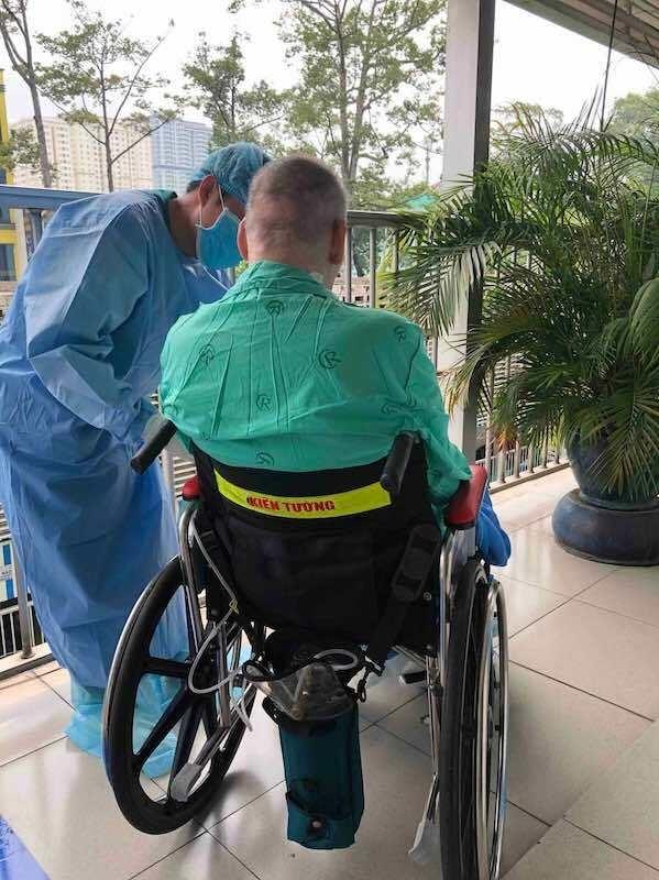 Bệnh nhân phi công ngồi phơi nắng hôm 11/6. Ảnh: Bệnh viện cung cấp.