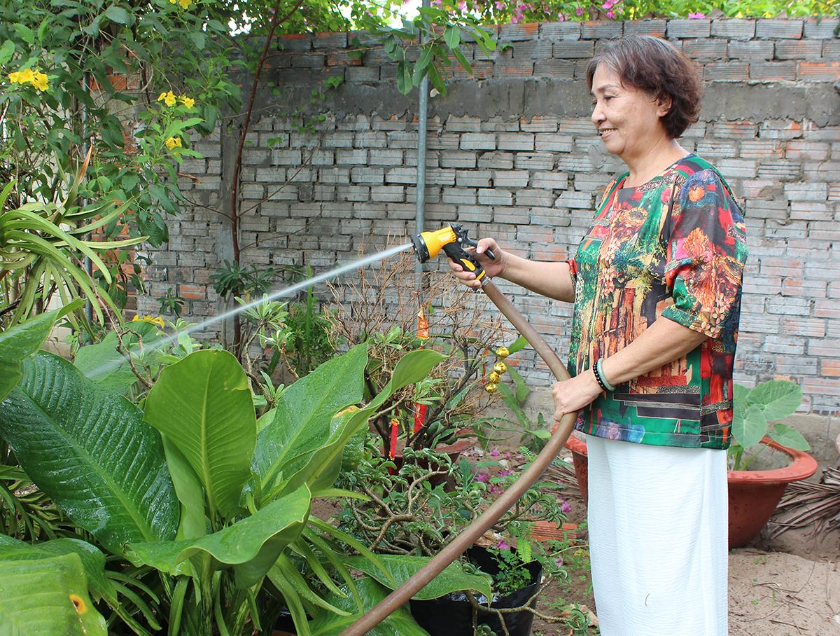Cô Hạnh chăm sóc mảnh vườn.