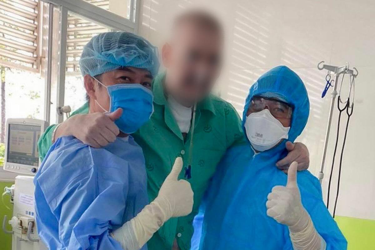 Bệnh nhân phi công đứng dậy và tập đi với sự hỗ trợ các bác sĩ Bệnh viện Chợ Rẫy. Ảnh: Lâm Lâm.