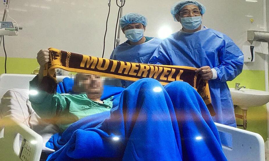 Bệnh nhân giơ cao chiếc khăn có chữ motherwell cảm ơn các y bác sĩ Việt Nam. Ảnh:Bệnh viện cung cấp.