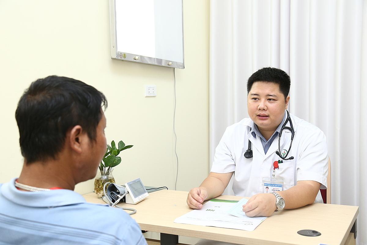 Bác sĩ Bình thăm khám bệnh nhân tăng huyết áp tại Bệnh viện Việt Đức. Ảnh: Thảo My.