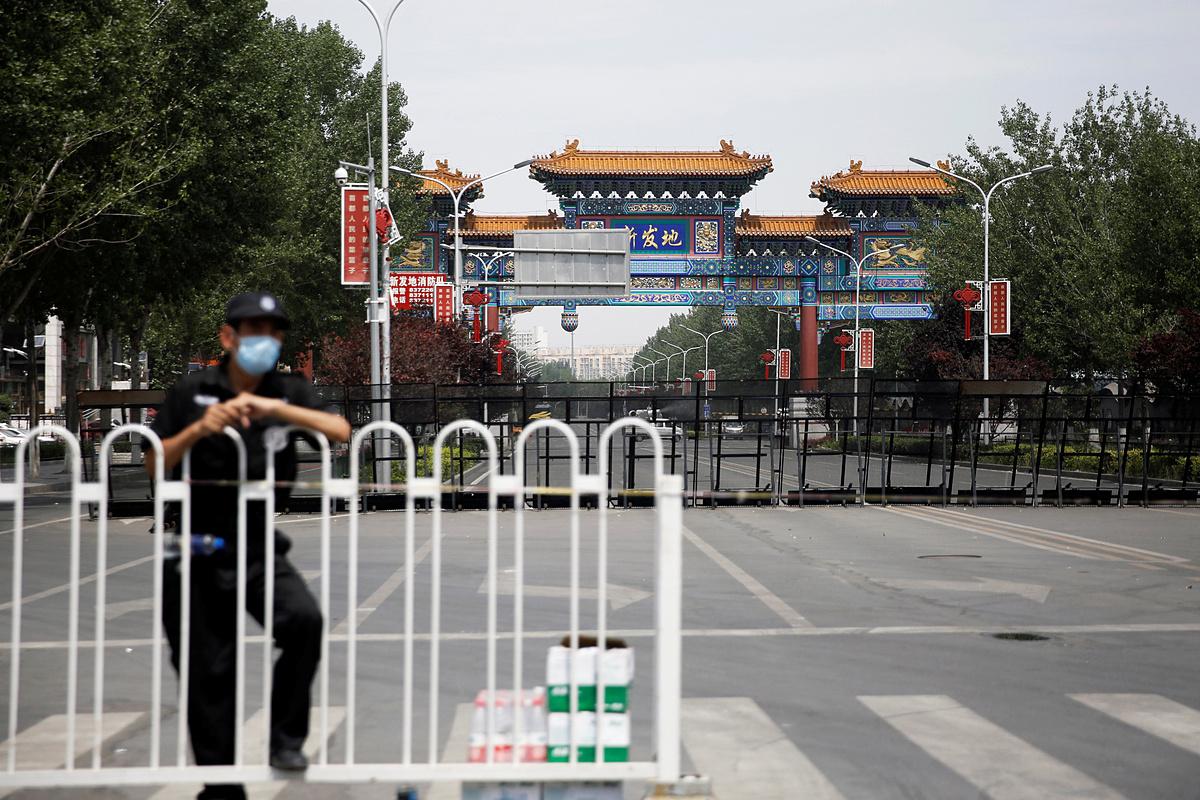 Chợ đầu mối Tân Phát Địa, Bắc Kinh, ngày 16/6, đã bị đóng cửa và có cảnh vệ canh gác. Ảnh: Reuters
