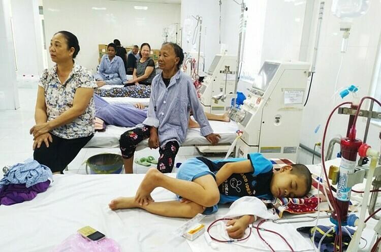 Một bệnh nhi tại Khoa Thận nhân tạo Bệnh viện mệt mỏi sau 2 ngày cuối tuần không được lọc máu. Ảnh: Thanh Nga