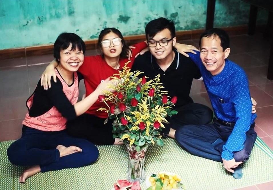 Chị Nguyễn Thị Hường (ngoài cùng bên trái) ở Thạch Thất, Hà Nội lạc quan đối mặt với bệnh ung thư phổi.