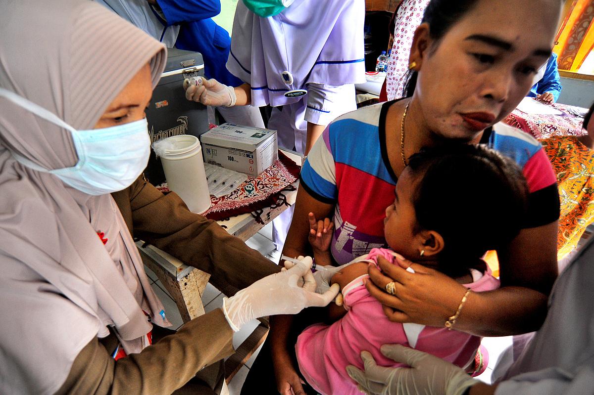 Trẻ em tại Indonesia được tiêm vaccine bạch hầu, tháng 12/2017. Ảnh: Reuters