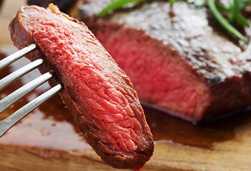 Tránh thịt đỏThịt hun khói, xúc xích... có liên quan đến nguy cơ mắc ung thư ruột kết. Viện Nghiên cứu Ung thư Mỹ khuyến nghị, mỗi người không ăn quá 18 ounce (1 ounce = 31.103476 gram) một tuần.
