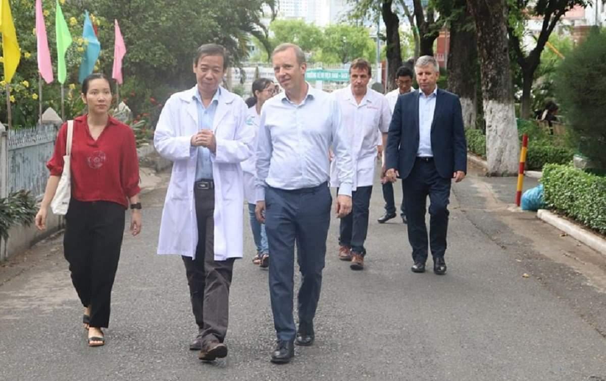 Bác sĩ Nguyễn Văn Vĩnh Châu, Giám đốc Bệnh viện Bệnh Nhiệt đới TP HCM (trái) cùng ông Gareth Ward, Đại sứ Anh tại Việt Nam (giữa) trong chuyến thăm bệnh viện. Ảnh:Bệnh viện cung cấp.