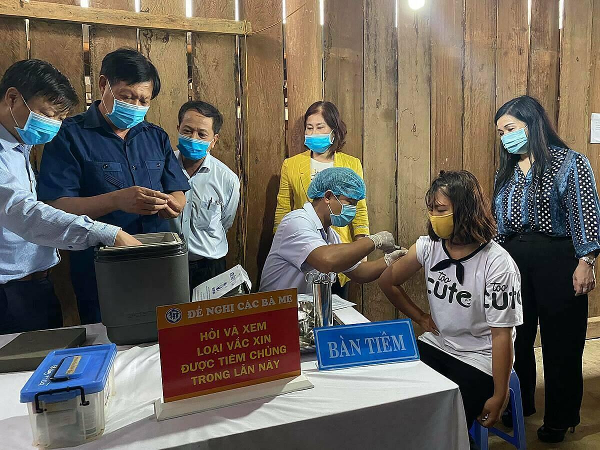 Thứ trưởng Đỗ Xuân Tuyên (áo xanh) kiểm tra công tác tiêm bổ sung bạch hầu tại xã Quảng Hà. Ảnh: Bộ Y tế.
