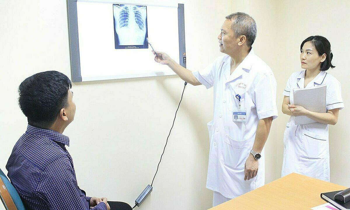 Giáo sư Thành thăm khám cho bệnh nhân tại Khoa Khám chữa bệnh theo yêu cầu và quốc tế. Ảnh: Thanh Xuân.