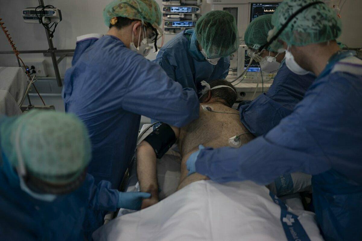 Bệnh nhân thở máy tại bệnh viện Germans Trias i Pujol được đặt nằm sấp để giảm áp lực lên phổi. Ảnh: AP